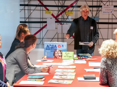 Workshop zum Inhalt des AQUA-AGENTEN Koffers.